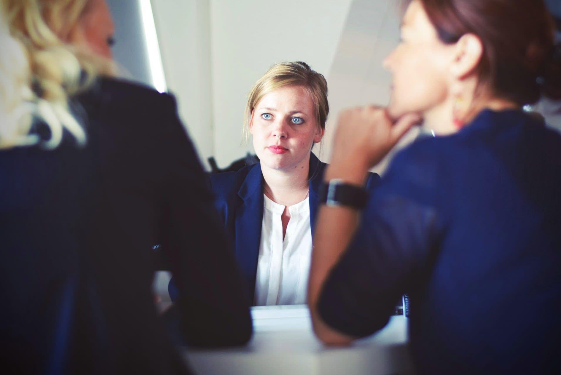 Trois collègues qui ont une conversation.