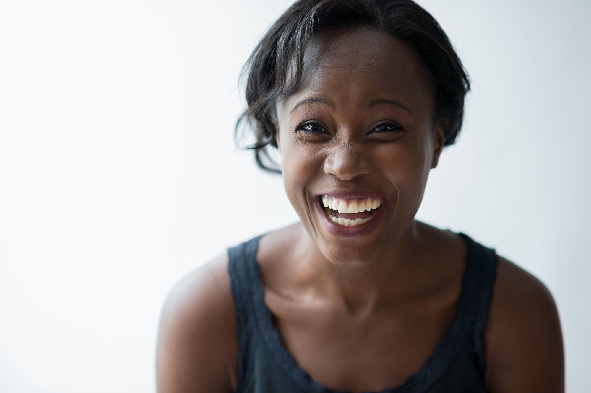 Légende : Une femme qui rit.
